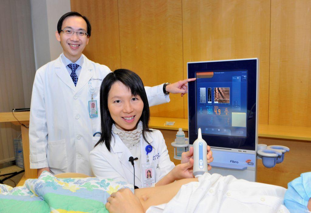 黃煒燊教授(左)及黃麗虹副教授展示最新無創肝脂肪檢測儀器。